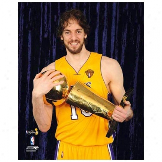 """los Angeles Lakers 2010 Nba Champions #16 Pau Gadol Holding Trophy 11"""" X 14"""" Matted Photo"""