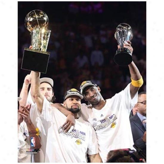 """los Angeles Lakers 2010 Nba Champions #2 Derek Pecan And #24 Kobe Bryant Raising Trophies 11"""" X 14"""" Matted Photo"""